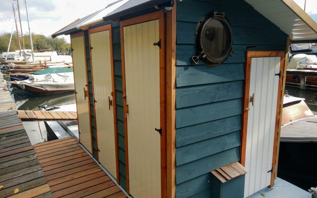 Toilet boot in gebruik